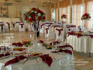 красные цветы и декор на свадьбу фото