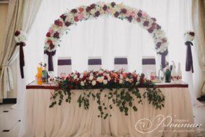 цветочный декор стола молодоженов фото