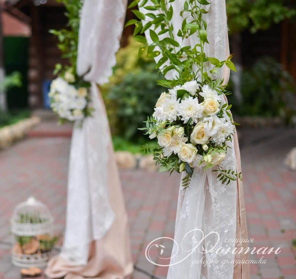 белые цветы на свадебной арке