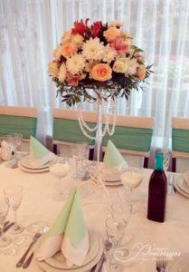 цветочная композиция на гостевой стол фото
