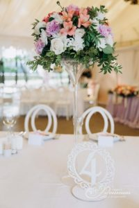 композиции из белых цветов на гостевые столы фото