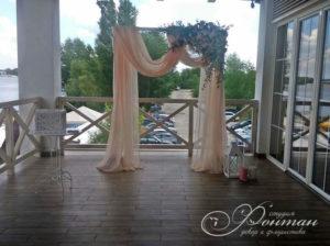 свадебная арка с цветами и тканью фото
