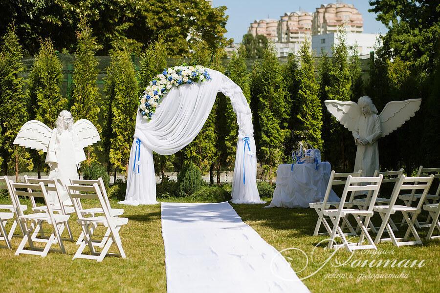 белая свадебная арка с цветами
