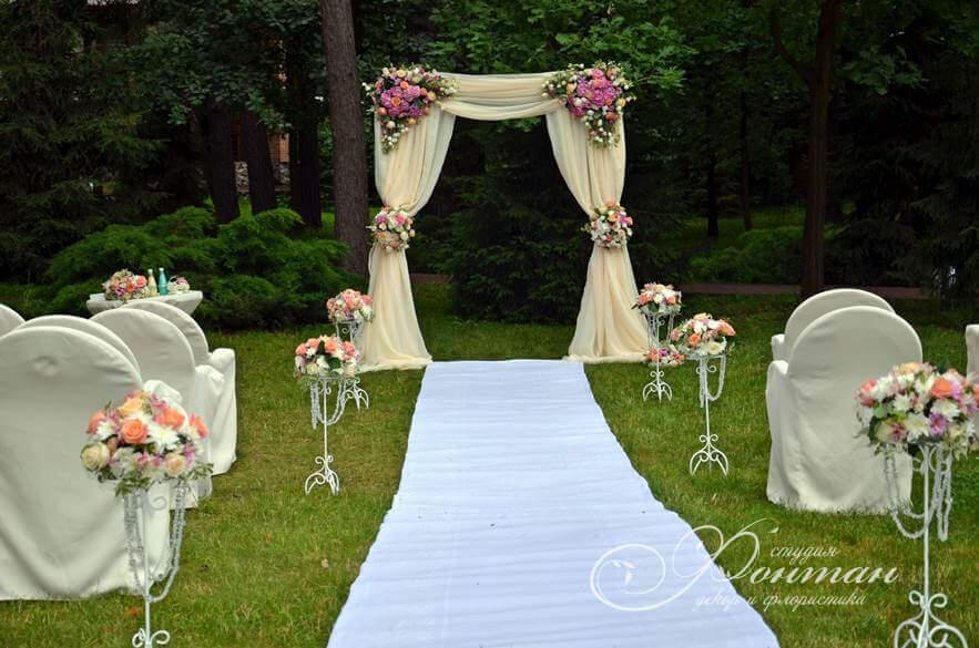 кремовая свадебная арка